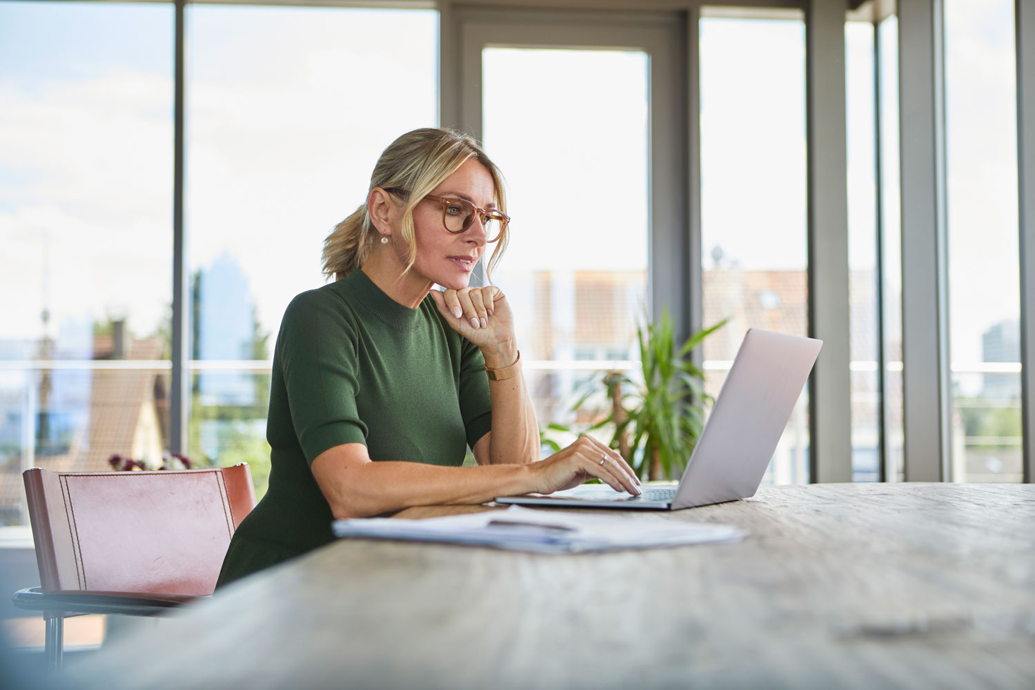 Professional woman applies for a Broadway Bank Private Access Account on her laptop